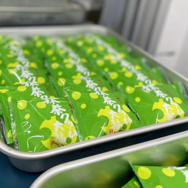抹茶クリーム大福を包装し、急速冷凍します