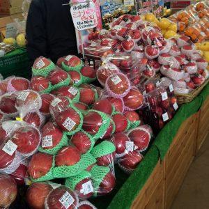 りんごを陳列して販売